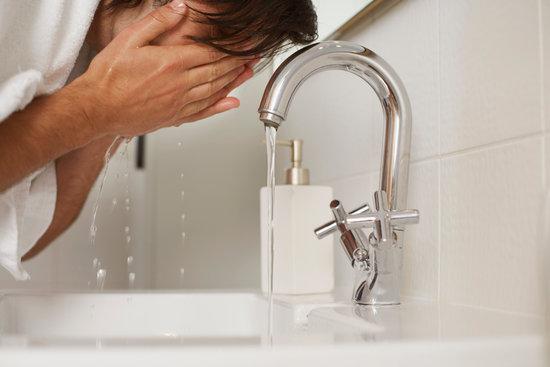 正しい洗顔方法でニキビ肌・脂性肌による肌トラブルを解決!おすすめメンズ洗顔料も紹介